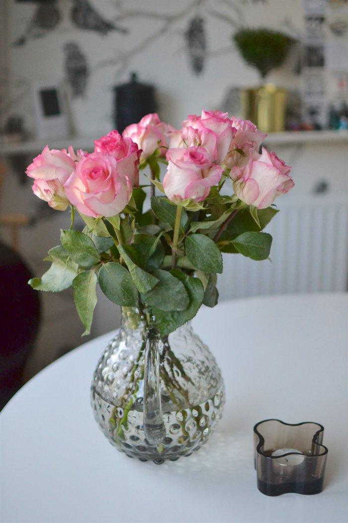 motsägelsefulla morgonen, köket, rosor, frufibro