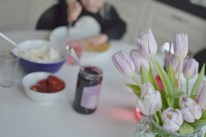 Veckans upp och ned och våfflor med grädde on top. Bordet står dukat med våfflor till dagens lunch.