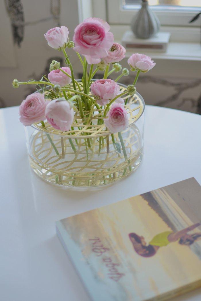 Så mycket kärlek och rosa ranunkler i vasen äng från Klong och boken Yoga Girl av Rachel Brathens