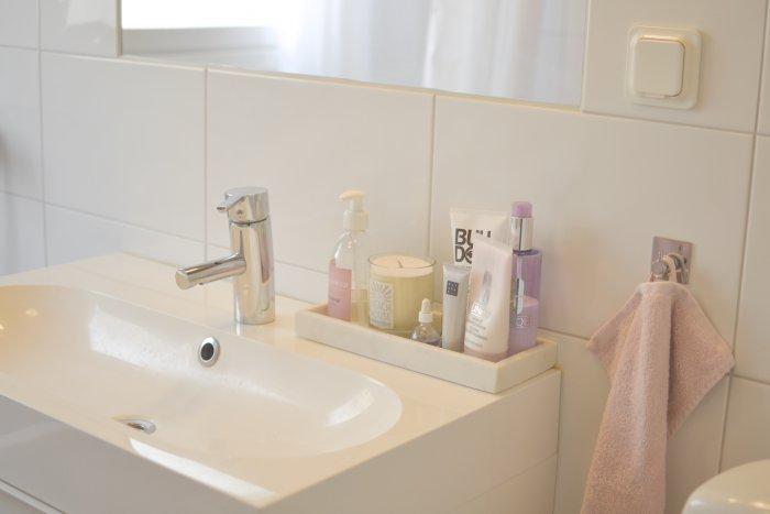 Nystädat badrum och ordning och reda på handfatet med rosa handduk från hemtex.