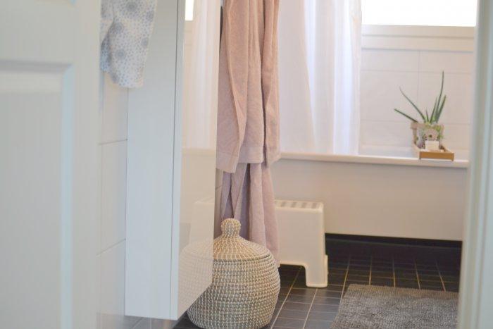 Nystädat badrum och bildkavalkad. Nya handdukar och tvättkorg från Hemtex och badkarshylla med aloevera och söta små violer.