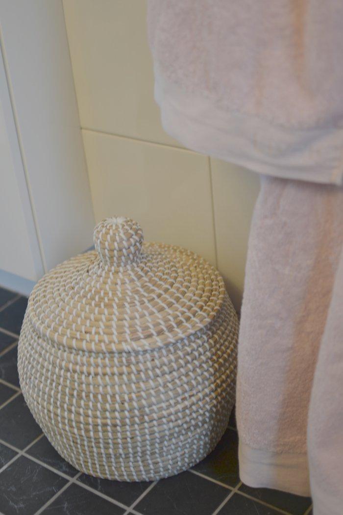 Tvättkorg och rosa handdukar från hemtex