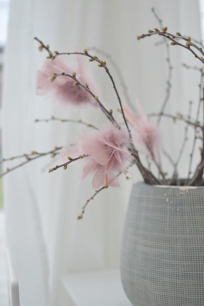 Glad Påsk med rosa fjädrar i körsbärskvistar