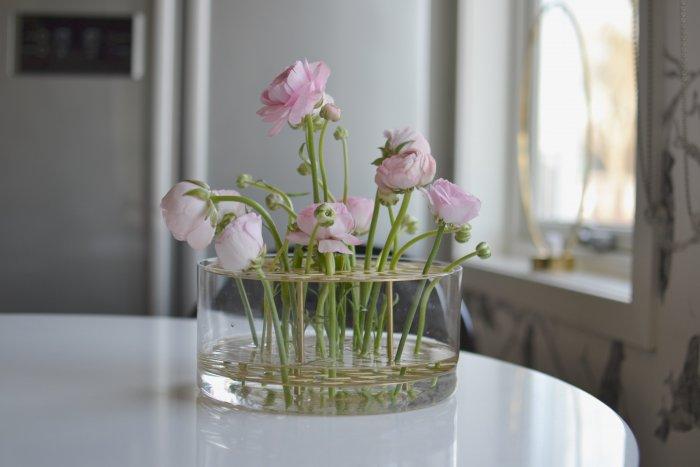 Så mycket kärlek och rosa ranunkler i vasen äng från klong.