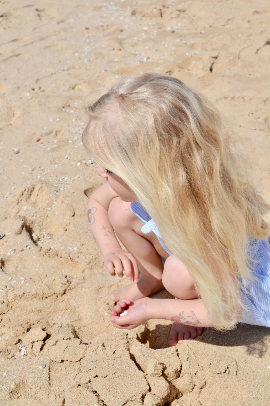 Isabel plockar snäckor på stranden