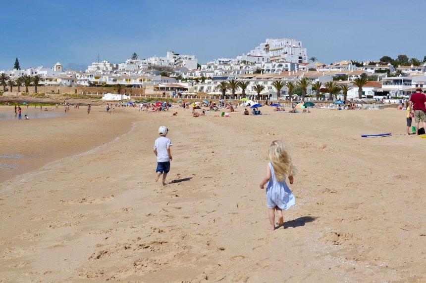 Att vara mamma med fibromyalgi. Barnen springer på stranden.