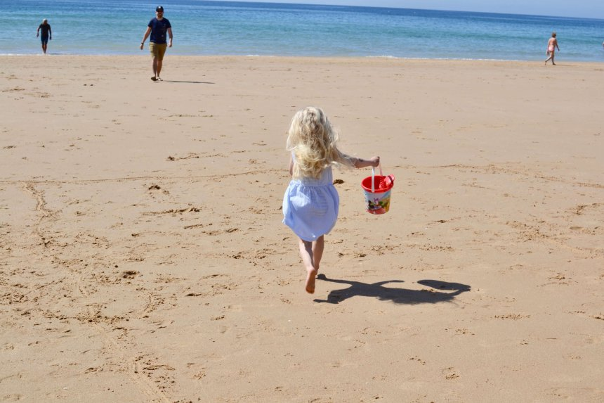 Isabel på springer på stranden