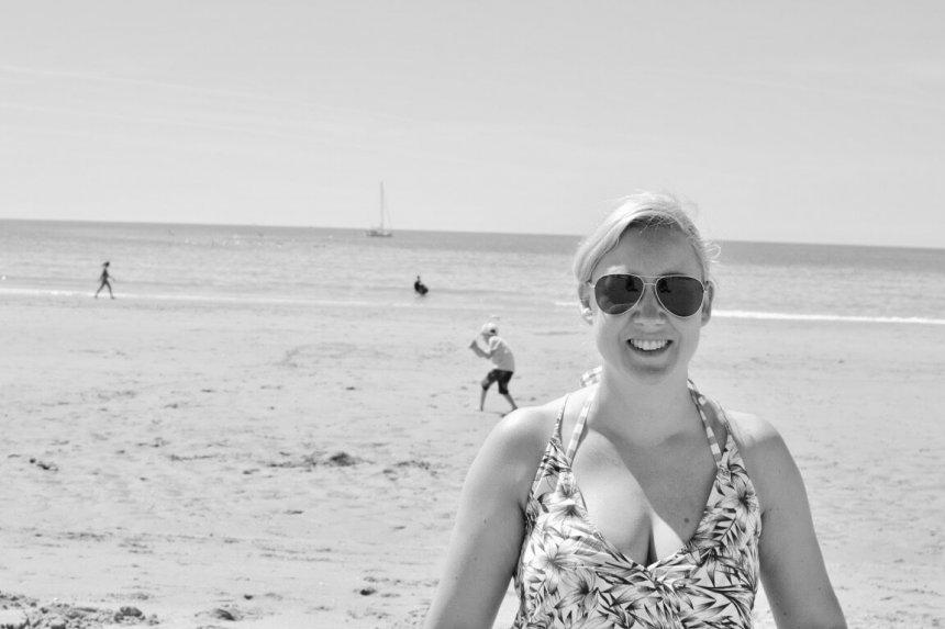 Jag på stranden i svartvitt.