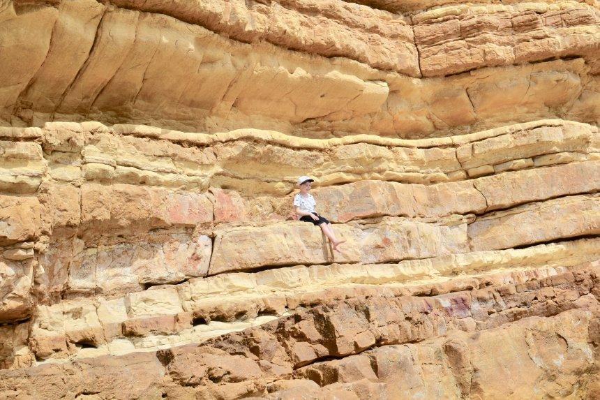 Adrian på klipporna med utsikt över dinusauriespåren