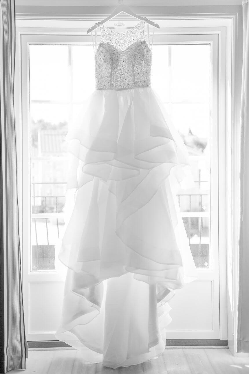 Att få visa lite bröllop och fira med bomull. Min brudklänning där den hänger och ser vacker ut.