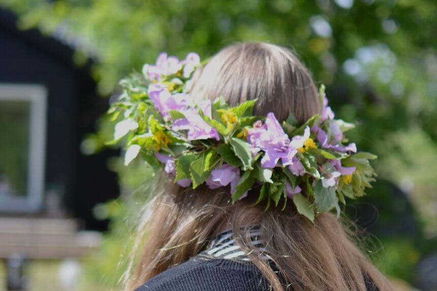 Midsommar med blommor i håret